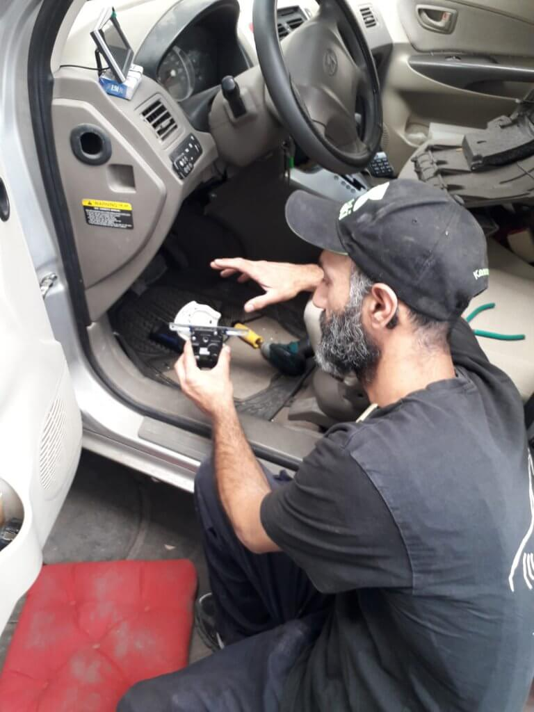 תמונת רקע סקשן אודות עמוד הבית התקנת מערכות מולטימדיה לרכב אלקטרוניקה לרכב מערכות לרכב בחולון חשמלאי רכב בחולון